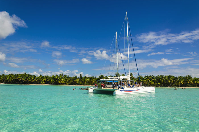 Catamaran in the Maldives: If you want to relax in the beautiful landscape of the Maldives, choose a catamaran.