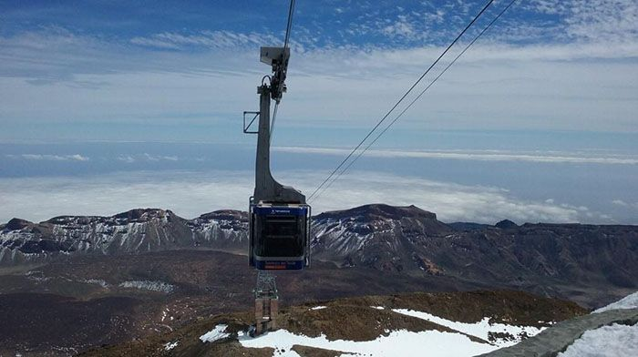 Cable car approaching summit three weeks after heavy snow