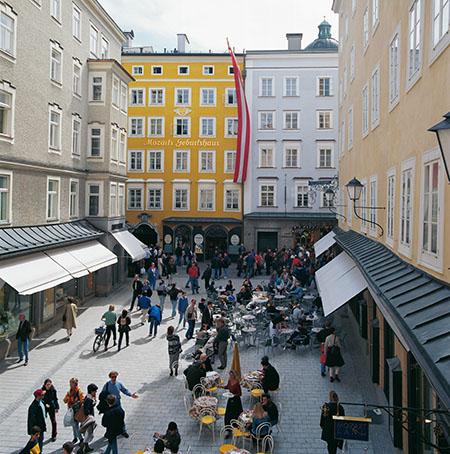 Hagenauerplatz mit dem Mozarts Geburtshaus in Salzburg. Hagenauer square with Mozart's birthplace.